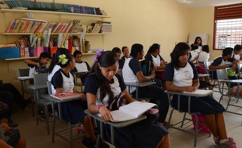 La aportación es de 300 pesos y se les entrega a los padres una ficha. (Victoria González/SIPSE)