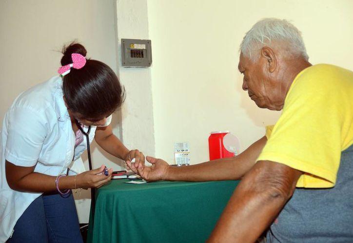 El 50 por ciento de los pacientes con diabetes mueren por cardiopatías o accidente vascular cerebral.  Imagen de una enfermera que atiende a un anciano. (Milenio Novedades)
