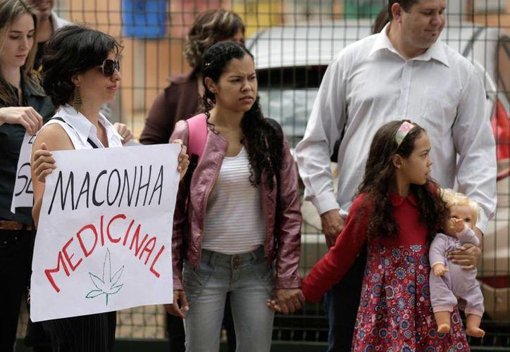 Parientes y amigos de enfermos exigen que se legalice el cannabidiol durante una manifestación frente a la Agencia Nacional de Vigilancia Sanitaria en Brasilia. (Agencias)