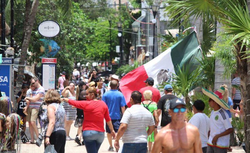 La Quinta Avenida registra alta actividad turística. (Daniel Pacheco/SIPSE)