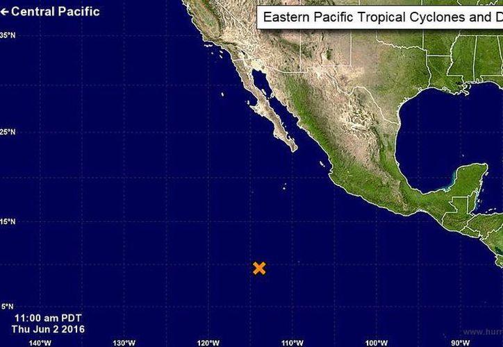 La X amarilla indica la zona donde se encuentra la baja presión que podría evolucionar a ciclón en horas próximas. Hasta el momento, no afecta a la costa mexicana. (nhc.noaa.gov)