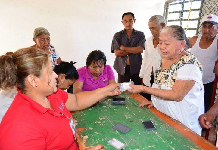 Personal del DIF municipal acudió hasta la zona rural para realizar los trámites con las personas de la tercera edad. (Manuel Salazar/SIPSE)