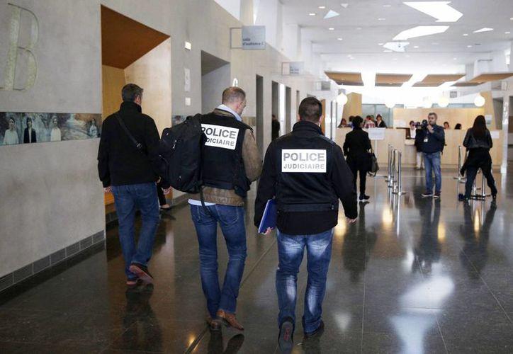 Agentes de policía llegan al tribunal de Melun en París, hoy. Un abogado tomo un arma de fuego durante un proceso y disparó al presidente del Colegio de Abogados de Melun en el interior del tribunal de esta ciudad, luego se suicidó. (EFE)
