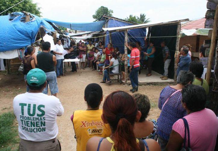 En la reunión de ayer, los tianguistas determinaron una cuota de 70 pesos y que el velador y su pareja continuarán en el sitio. (Harold Alcocer/SIPSE)