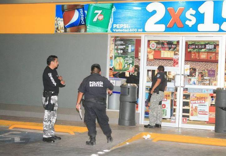 Para evitar asaltos, las tiendas 24 horas cierran sus puertas en la madrugada y atienden a través de las ventanillas. (Milenio Novedades)