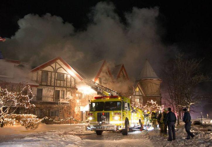 Bomberos apagan un incendio en el centro de esquí Boyne Highlands Resort, el domingo 11 de diciembre de 2016, en Harbor Springs, Michigan. (AP/Alex Childress)