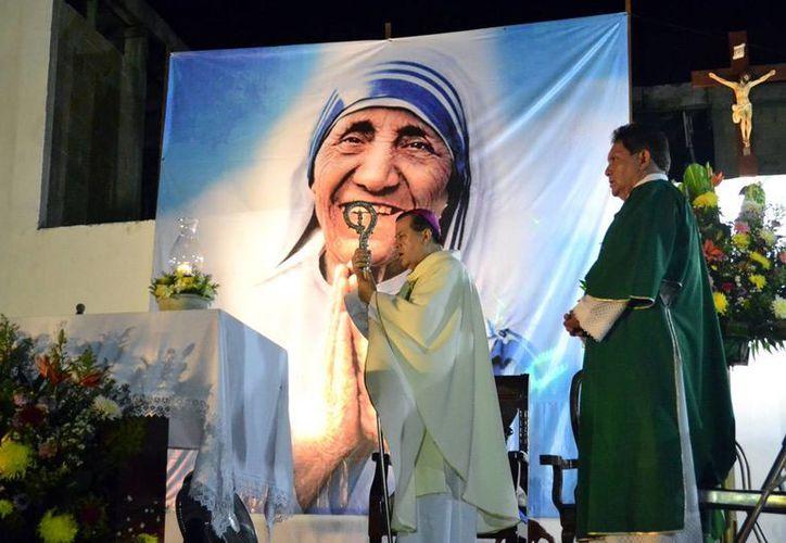 Mons. Gustavo Rodríguez Vega, Arzobispo de Yucatán, ofició una misa en la cuasiparroquia de Teresa de Calcuta, en Ciudad Caucel, como parte de las actividades por la canonización de la beata. (Milenio Novedades)