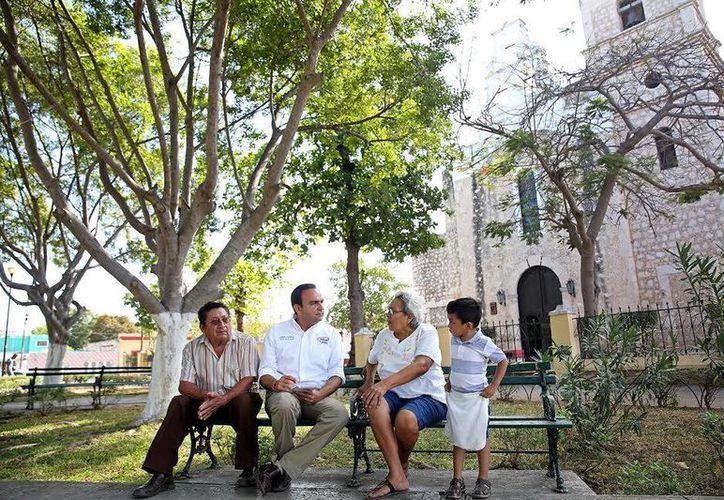 El candidato tricolor dialogó con vecinos del barrio de San Sebastián. (Milenio Novedades)