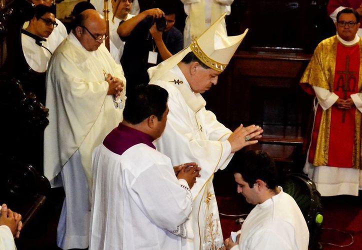 Mons. Rodríguez Vega impone las manos al nuevo diácono Santiago Villa Reverté. (Milenio Novedades)