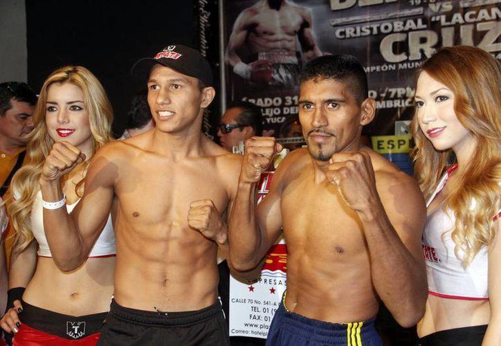 Miguel 'Alacrán' Berchelt (i) y Cristóbal 'Lacandón' Cruz en la ceremonia de pesaje. (Juan Carlos Albornoz/SIPSE)