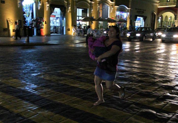 La lluvia vespertina sorprendió a muchas personas en el centro de Mérida. (SIPSE)