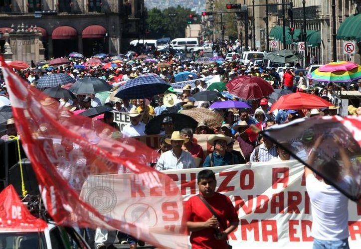 Integrantes de la Sección 18 de  la Coordinadora Nacional de Trabajadores de la Educación (CNTE) tomaron presidencias municipales de Michoacán. (Proceso)