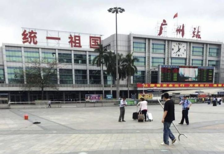 Afuera de una estación de trenes en China un guardia inspecciona con un instrumento a las personas para evitar que viajen con armas blancas.  (EFE/Foto de archivo)