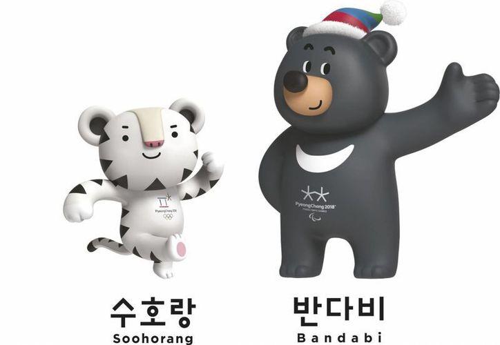 """Imagen facilitada por el Comité de Organización de los Juegos Olímpicos de Pyeongchang 2018, del tigre blanco """"Suhorang"""", que será la mascota oficial de los Juegos de Invierno de 2018 y """"Bandabi"""", el oso negro asiático con la característica media luna blanca en la parte superior del pecho, que lo será será de los Juegos Paralímpicos de Pyeongchang 2018. (EFE)"""