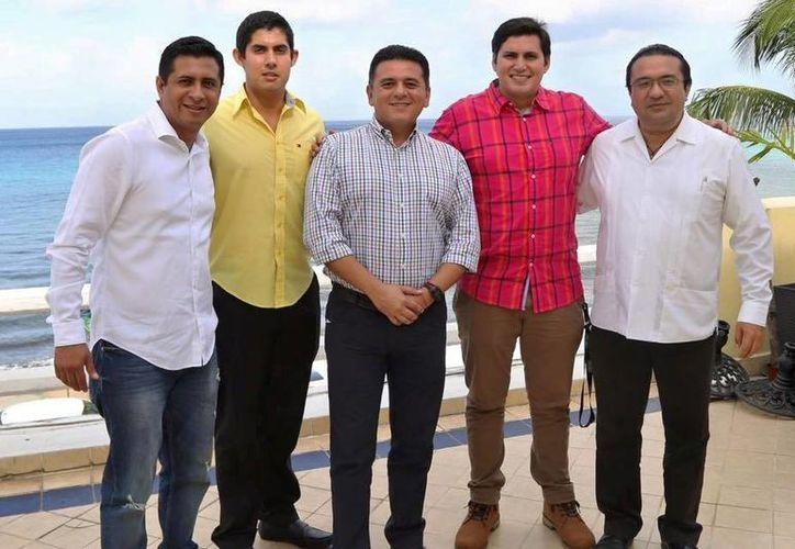 El presidente municipal de Cozumel, Fredy Marrufo, se reunió con quienes viajaba el día del aterrizaje forzoso. (Cortesía/Facebook)