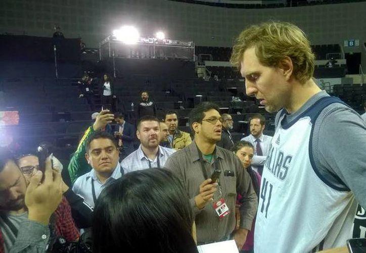 El alemán Dirk Nowitzki, uno de los máximos anotadores en la historia de la NBA, aseguró que la altura de la CDMX no afectará el rendimiento de su equipo en partido contra Suns, este jueves. (Foto de mediotiempo.com)