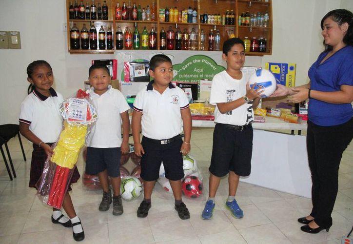 Los alumnos de las escuelas líderes en kilogramos de PET recaudados, fueron premiados con juguetes, equipo deportivo, material de apoyo escolar, entre otros. (Sergio Orozco/SIPSE)