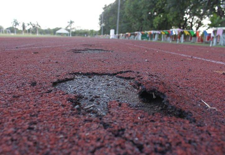 Varios carriles de la pista están deteriorados. (Alberto Aguilar/SIPSE)