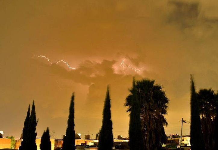 Se recomienda evitar el uso de aparatos electrónicos y teléfonos celulares mientras se desarrolla una tormenta eléctrica. (Archivo/Notimex)