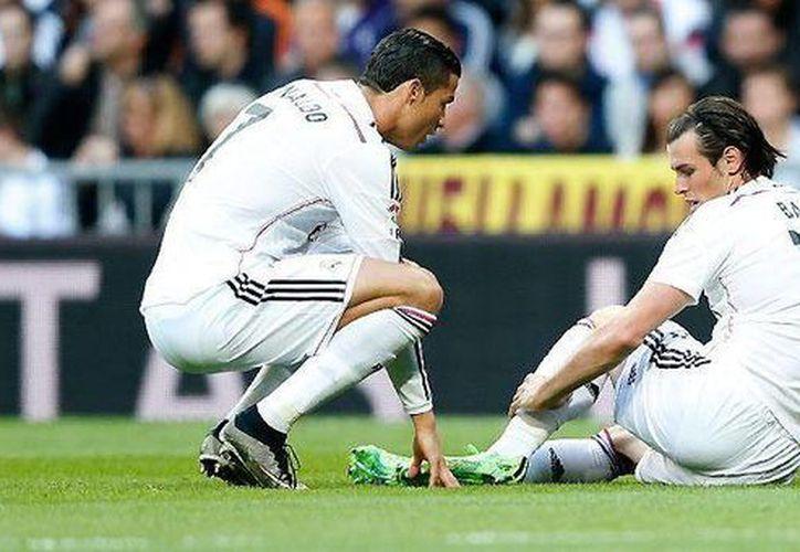 El delantero del Real Madrid Gareth Bale (der.) se lesionó y no podrá jugar frente al Atlético de Madrid. (realmadrid.com)