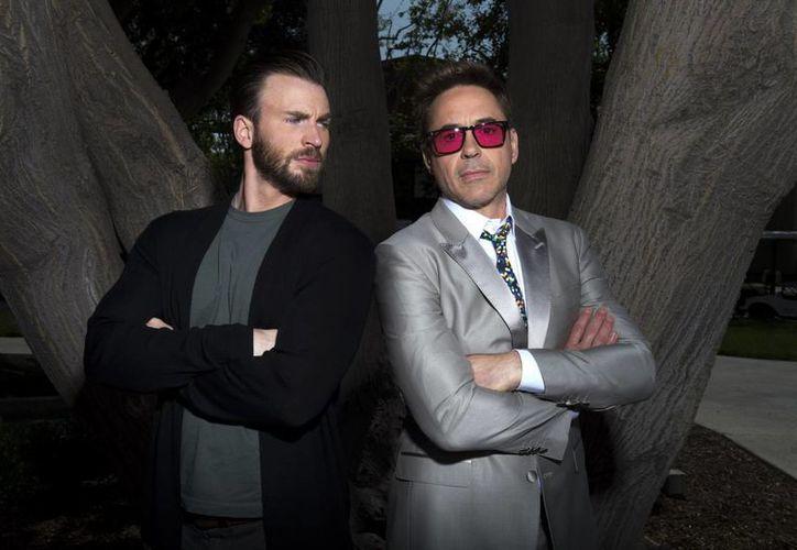 Chris Evans (i) y Robert Downey Jr durante una entrevista sobre su nueva película 'Los Vengadores: la era de Ultrón'. (Foto: AP)