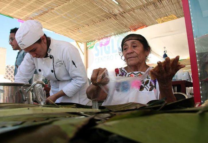 Este sábado, continúa, en el Centro de Convenciones Yucatán Siglo XXI, el II Encuentro de Cocineras Tradicionales, en Mérida. (Jorge Acosta/SIPSE)