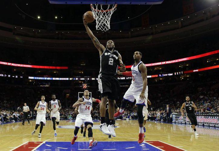 Kawhi Leonard no solo fue clave en la victoria de Spurs sobre 76ers por los puntos conseguidos sino porque participó en una de las últimas jugadas ofensivas exitosas. (Foto: AP)