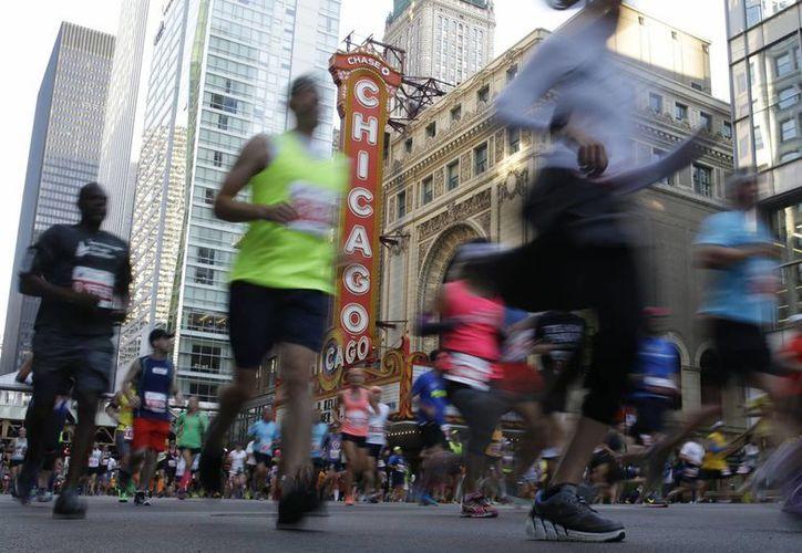 Este domingo, un hombre sufrió un infarto mientras competía en el multitudinario Maratón de Chicago. Debido a que paramédicos lograron atenderlo a tiempo, su condición se reportó como estable. (AP)