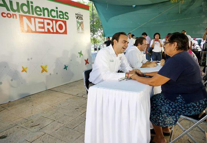 Nerio Torres Arcila durante el 'Miércoles de Audiencia' en el fraccionamiento Francisco de Montejo. (SIPSE)