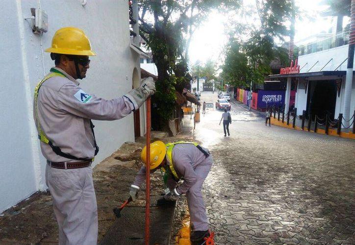 Desde hace 10 días, personal de la Comisión Federal de Electricidad verifica las tomas en la exclusiva zona habitacional. (Octavio Martínez/SIPSE)