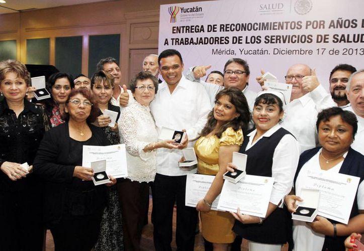 Personal del sector salud que recibió reconocimientos de manos del gobernador Rolando Zapata Bello. (Milenio Novedades)