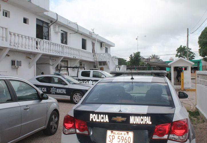 La afectada acudió a la alcaldía y fue atendida por Álvaro Trejo Ancona. (Gloria Poot/SIPSE)
