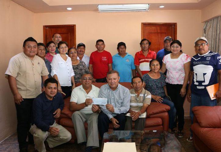 La entrega del documento fue en compañía de varios integrantes del Cabildo. (Raúl Balam/SIPSE)
