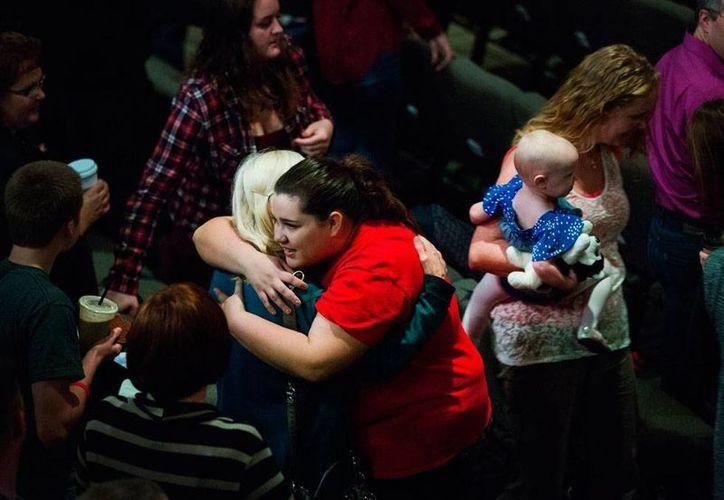 Familiares, amigos, y compañeros de las victimas y alumnos de la secundaria de Seattle, en donde se registró un tiroteo mortal, asistieron a un oficio religioso. (AP)
