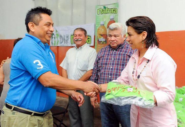 Sara Blancarte entregó uniformes nuevos a empleados de la planta de jugos del DIF. (SIPSE)