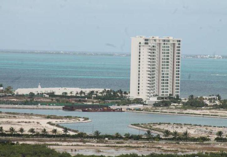 La construcción de complejos turísticos o condominios a la orilla del mar ponen en riesgo la preservación de las playas. (Contexto/Internet)