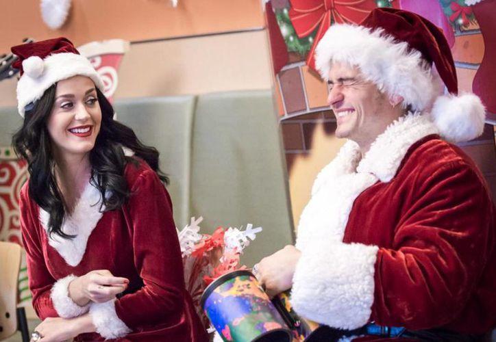 Katy Perry y Orlando Bloom sorprendieron a los niños del hospital infantil de Los Ángeles tras llegar vestidos de Santa Claus.(Foto tomada de Facebook/Children's Hospital Los Ángeles)