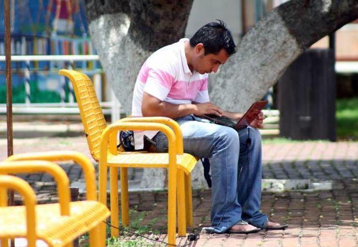 El presidente Enrique Peña también consideró derecho no solo contar con internet, sino poseer banda ancha. (Milenio Novedades)