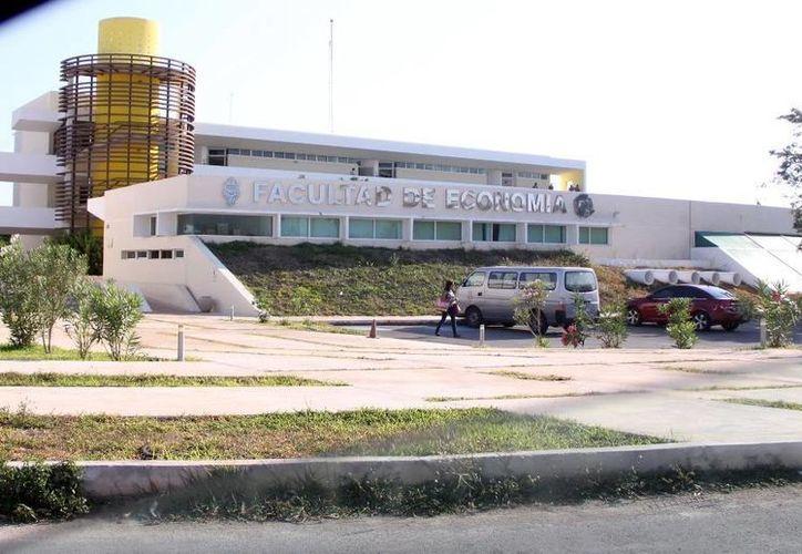 La Universidad Autónoma de Yucatán (Uady) realiza este domingo su examen de admisión al que están inscritos más de 11 mil 500 estudiantes. La imagen es de la Facultad de Economía, y está utilizada únicamente con fines ilustrativos. (Milenio Novedades)