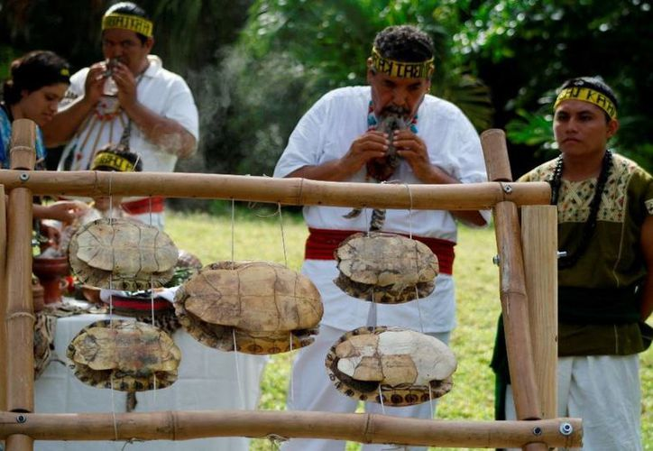 El sacerdote maya Luis Nah encabezó la ceremonia de bienvenida al verano y se agradeció a la madre naturaleza por todas sus bendiciones. (Octavio Martínez/SIPSE)