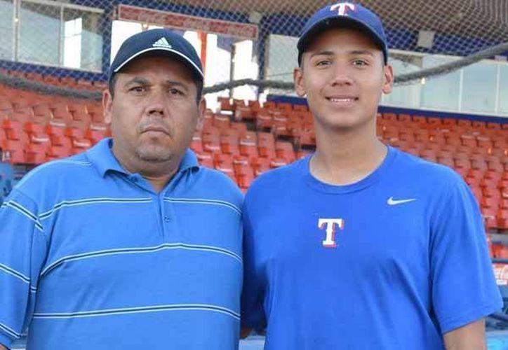 Rodolfo García Ruiz, un joven que apenas cumplirá 16 años, acordará un contrato con la organización texana, en la fotografía se le observa con su padre. (diariodelyaqui.mx)