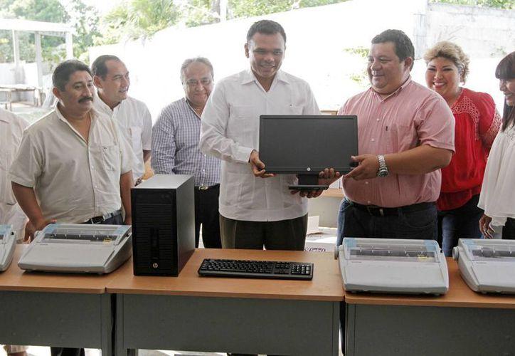 El gobernador de Yucatán, Rolando Zapata Bello, entregó obras y material didáctico en la Escuela de Artes y Oficios. (SIPSE)
