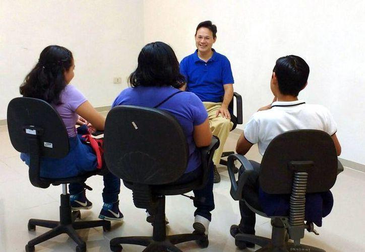 Las consultas están a cargo del Grupo Psicológicamente, integrado por dos especialistas titulares y ocho estudiantes. Imagen de una de las pláticas de desarrollo humano para jóvenes adolescentes. (Milenio Novedades)