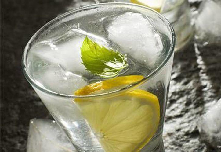 El vodka artesanal que se produce en Akumal tiene como ingrediente principal el agua de cenote. (Contexto/Internet)