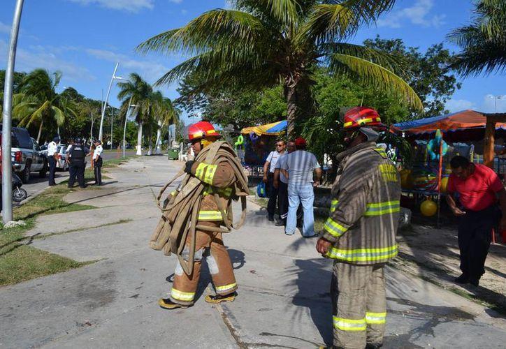 Los bomberos acudieron a sofocar tres incendios durante los festejos de Año Nuevo en Chetumal. (Harold Alcocer/SIPSE)