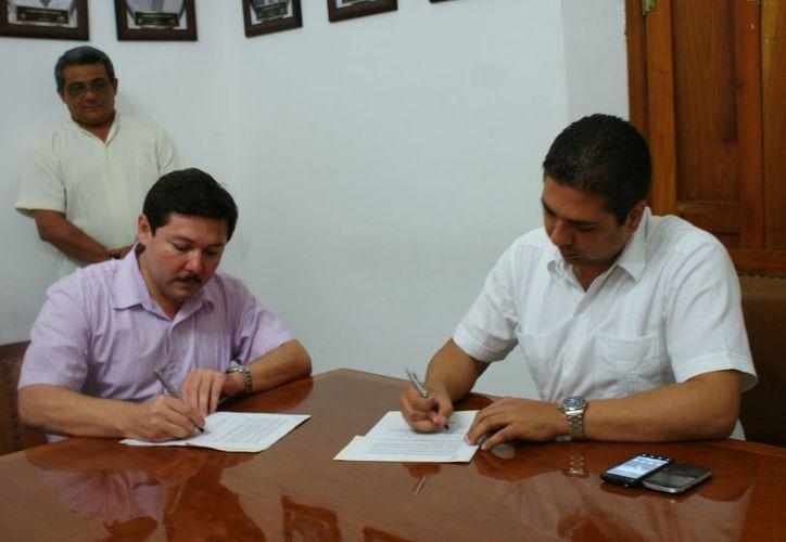 En el Salón de los Presidentes del palacio municipal, Castillo Ruz y Zacarías Martínez dialogaron sobre los beneficios de crear nuevas fuentes de ingreso para Progreso. (Manuel Pool/SIPSE)