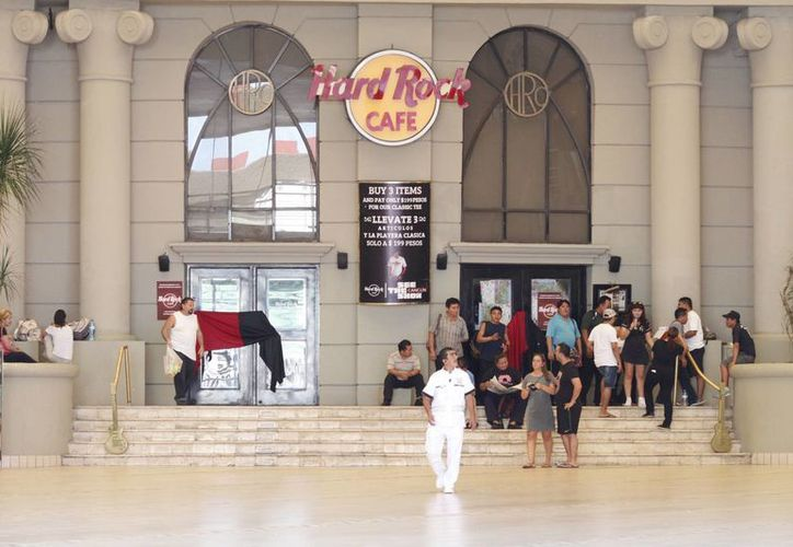 Cerca de 100 empleados de restaurante Hard Rock Café, se mantuvieron en huelga a fuera del establecimiento. (Sergio Orozco/SIPSE)