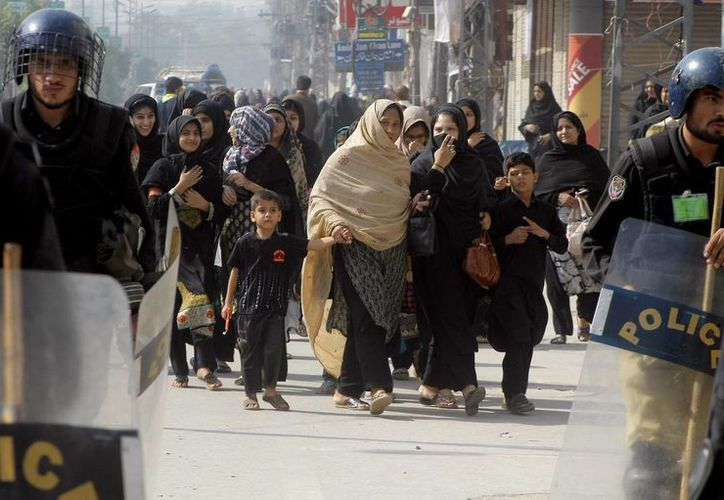 Policías escoltan una procesión de chiitas en Peshawar, Pakistan, el viernes 23 de octubre de 2015. Un ataque suicida en Jacobabad, sur de Pakistán, dejó 14 muertos y 30 heridos, informó la policía. (AP Foto/K.M. Chaudary)