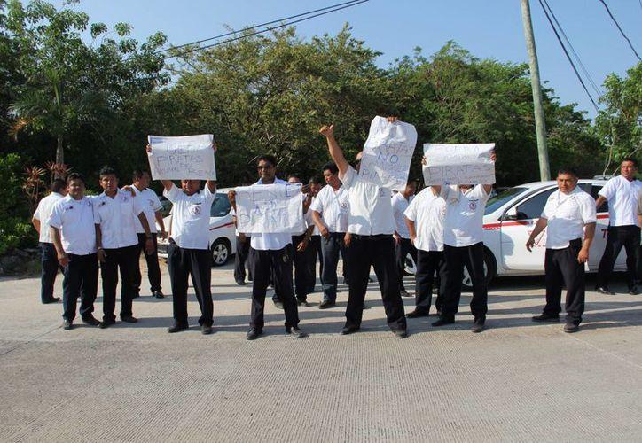 Taxistas en pacífica manifestación en la entrada del hotel Akumal Beach Resort. (Rossy López/SIPSE)