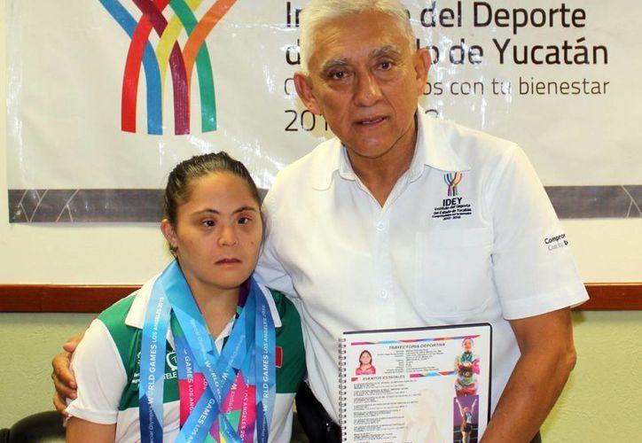 La gimnasta yucateca Melissa Escamilla Pérez tuvo unas destacadas Olimpiadas Especiales. En la foto, Melissa Escamilla junto a Juan Sosa, titular del IDEY. (Milenio Novedades)
